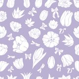 Nahtloses mit Blumenmuster von Handgezogenen weißen Knospen von Tulpenblumen und -bögen auf violettem Hintergrund vektor abbildung