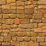 Nahtloses Muster - alte braune raue Natursteinwand Stockfoto