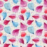 Nahtloses Muster: Blumenblätter von rosa, roten und blauen Blumen Stockfotografie