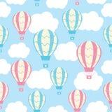 Nahtloses Muster der Babyparty mit netter Heißluft steigt auf blauem Himmel im Ballon auf Lizenzfreies Stockbild