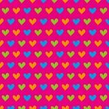 Nahtloses Muster der blauen, grünen und orange Herzen auf einem rosa Hintergrund Lizenzfreie Stockfotos