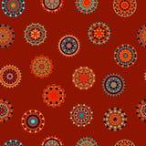 Nahtloses Muster der bunten Kreisblumen-Mandalen in Orange und in Blauem auf Rot, Vektor Lizenzfreie Stockfotografie