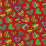 Nahtloses Muster der dekorativen bunten Herzen auf einem roten Hintergrund Stockfotografie