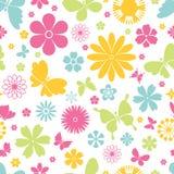 Nahtloses Muster der Frühlingsschmetterlinge und -blumen Stockfoto