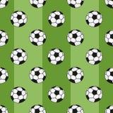 Nahtloses Muster der Fußbälle auf grünem Hintergrund mit Streifen Stockfotografie