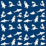 Nahtloses Muster der Haifischschattenbilder Weiß auf Blau Lizenzfreies Stockbild