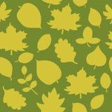 Nahtloses Muster der Herbstblätter Saisonhintergrund Feld des grünen Grases gegen einen blauen Himmel mit wispy weißen Wolken Für Stockfotos