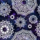 Nahtloses Muster der kosmischen Beschaffenheit und der weißen glühenden Mandala Stockfotos