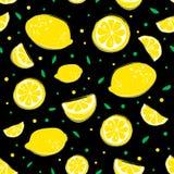 Nahtloses Muster der Limonade mit gelben Zitronen und Grün verlässt auf schwarzem Hintergrund lizenzfreie abbildung