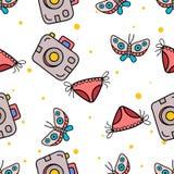 Nahtloses Muster der Schmetterlings-, Pocketkamera- und Bikinihand, die in nettes colorfull gezeichnet wird, kritzeln Vektor stockfotografie