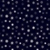 Nahtloses Muster der Weihnachtsschneeflocke mit mit Ziegeln gedecktem fallendem Schnee Lizenzfreie Stockfotos