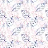Nahtloses Muster des Aquarells mit rosa und orange Herbstlaub Feld des grünen Grases gegen einen blauen Himmel mit wispy weißen W Stockfotografie