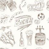 Nahtloses Muster des Bieres Auch im corel abgehobenen Betrag Stockbilder