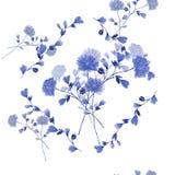 Nahtloses Muster des Blumenstraußes mit blauen Blumen im Rahmen von blauen Niederlassungen auf einem weißen Hintergrund watercolo Stockfotos