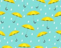 Nahtloses Muster des gelben Regenschirmes mit den Tropfen, die auf blauem Hintergrund regnen vektor abbildung