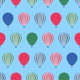 Nahtloses Muster des Heißluftballons Babypartyvektorillustration auf Hintergrund des blauen Himmels Lizenzfreies Stockbild