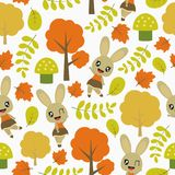 Nahtloses Muster des netten Häschens und Herbstelemente vector Karikaturillustration für Kinderpackpapier lizenzfreie stockfotos