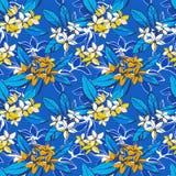 Nahtloses Muster des tropischen Blumensommers mit Plumeria blüht Palmblätter Stockfotografie