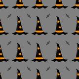 Nahtloses Muster des Vektors auf einem Halloween-Thema Hexenhut und ein Schläger auf einem grauen Hintergrund Lizenzfreie Stockfotografie