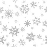 Nahtloses Muster des Winters mit flachen Schneeflocken des silbernen Graus auf weißem Hintergrund Stockfotografie