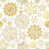 Nahtloses Muster des Winters mit Goldschneeflocken Stockfotos