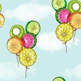 Nahtloses Muster - Frucht steigt Fliegen im blauen Himmel im Ballon auf Lizenzfreie Stockfotografie