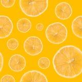 Nahtloses Muster gemacht von der Zitronenscheibe lokalisiert auf einem gelben Hintergrund Stockfotografie