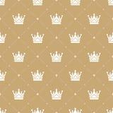 Nahtloses Muster im Retrostil mit einer weißen Krone auf einem Goldhintergrund Kann für Tapete, Musterfüllen, Netz verwendet werd Lizenzfreie Stockbilder