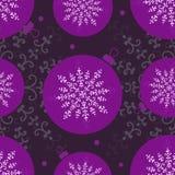 Nahtloses Muster lila Weihnachtsball und -schneeflocke Stockfotografie