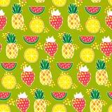 Nahtloses Muster mit Ananas, Erdbeeren, Wassermelonen Stockbild