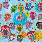Nahtloses Muster mit bunten Eulen auf einem blauen Hintergrund Stockbild