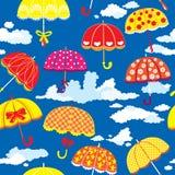 Nahtloses Muster mit bunten Regenschirmen und Wolke Stockbild
