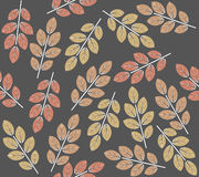 Nahtloses Muster mit dekorativem Herbstlaub Lizenzfreie Stockfotografie