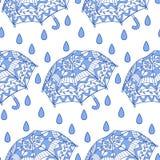 Nahtloses Muster mit dekorativen Regenschirmen und Regen Lizenzfreie Stockfotos