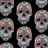 Nahtloses Muster mit den Farbschädeln und schwarzem Hintergrund Stockfotografie