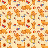 Nahtloses Muster mit den glücklichen spielenden roten Katzen Stockfoto