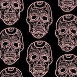 Nahtloses Muster mit den rosa Schädeln und schwarzem Hintergrund Lizenzfreies Stockbild