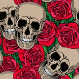 Nahtloses Muster mit den Schädeln und den roten Rosen Lizenzfreie Stockbilder