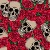 Nahtloses Muster mit den Schädeln und den roten Rosen Stockbild