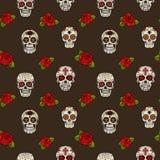 Nahtloses Muster mit den Zuckerschädeln und -rosen Tag der Toten Lizenzfreies Stockbild
