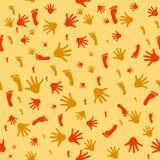 Nahtloses Muster mit Drucken von Händen und von Füßen lizenzfreie stockfotos