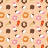 Nahtloses Muster mit Eiscreme und bunten geschmackvollen Schaumgummiringen Lizenzfreie Stockbilder