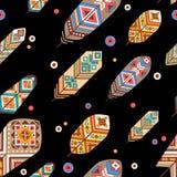 Nahtloses Muster mit ethnischen Federn Farbige dekorative Federn auf schwarzem Hintergrund Boho-Art Lizenzfreie Stockfotos
