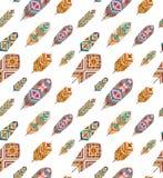 Nahtloses Muster mit ethnischen Federn Farbige dekorative Federn Boho-Art Lizenzfreie Stockfotos