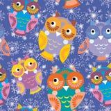 Nahtloses Muster mit Eulen und Schneeflocken auf purpurrotem Hintergrund Stockbilder