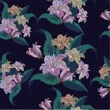 Nahtloses Muster mit exotischen violetten Blumen auf Schwarzem Lizenzfreie Stockfotografie