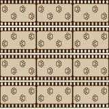 Nahtloses Muster mit Filmstreifen und den Haustiertatzen, brauner Retro- Hintergrund, Vektor Lizenzfreie Stockbilder