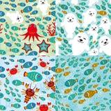 Nahtloses Muster mit Fischen, Seelöwen, Krake, Starfish, Korallen im Hintergrund wässern Stockbild