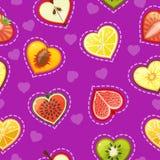 Nahtloses Muster mit frischer Frucht und Beeren in Form des Herzens Stockfotos