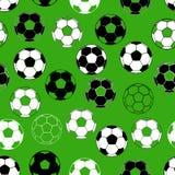 Nahtloses Muster mit Fußballball auf grünem Hintergrund Stockfotografie